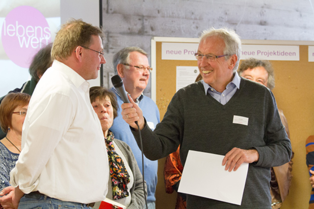 Otto Haug vom lebenswert-Orgateam beim Interview mit Projektleitern