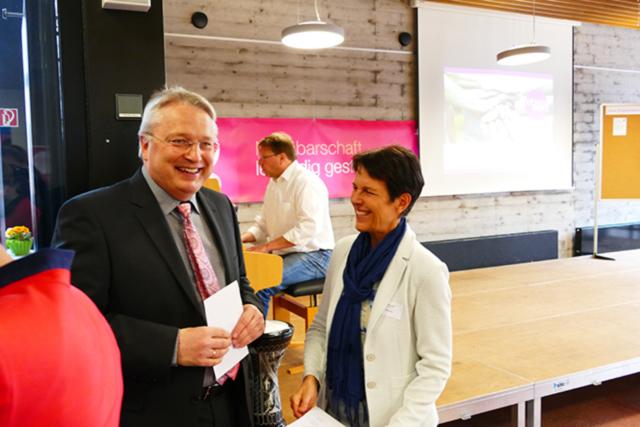 Bürgermeister Hahn im Gespräch mit Heike Speidel vom  lebenswert-Orgateam