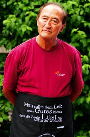 Mitarbeiter-Grillfest - Grillmeister und engagierter lebenswert-Mitarbeiter Hans Bock